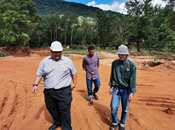 วันที่ 18 มิถุนายน 2563 นายพีระพัฒน์ เพชรสังข์ เจ้าหน้าที่ศูนย์การศึกษาจังหวัดระนองร่วมตรวจสอบผังบริเวณการตัดต้นไม้งานก่อสร้างอาคารเรียนรวมหลังใหม่ ร่วมกับเจ้าหน้าที่บริษัทรับเหมาก่อสร้าง