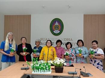 """วันที่ 25-26 กรกฎาคม 2563 ศูนย์การศึกษาจังหวัดระนอง มหาวิทยาลัยราชภัฏสวนสุนันทา จัดโครงการเพิ่มจำนวนองค์ความรู้ในแหล่งเรียนรู้ศูนย์การศึกษาจังหวัดระนอง """"การประดิษฐ์ช่อดอกโกมาซุมจากดินไทย"""""""