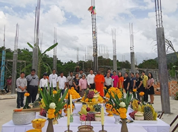 On November 26, 2020 at 9:09 AM, Ajarn Suwat Nuanchao, Acting Director of the Ranong Education Center and the team attended the ceremony for the worshiping and raising the main post of the building and the building. Ranong Education Center
